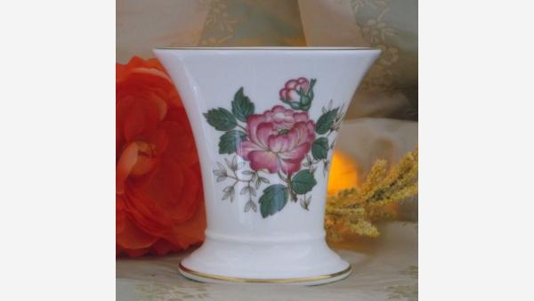 "home-treasures.com - Wedgwood's ""Charnwood"" Porcelain Vase"