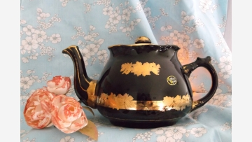 Vtg. Arthur Wood Collectible Teapot - A Delightful Gift! - Free Shipping!